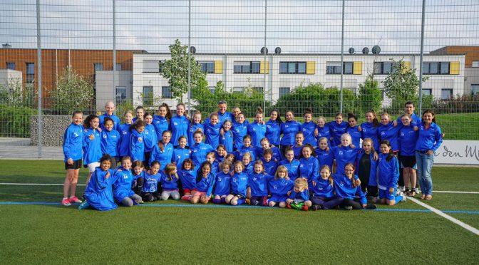 Mädchenfußballer mit einheitlichem Outfit